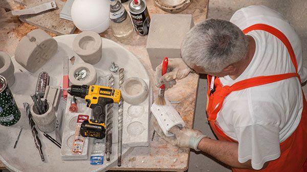 un artigiano durante una lavorazione dei prodotti fikissimo